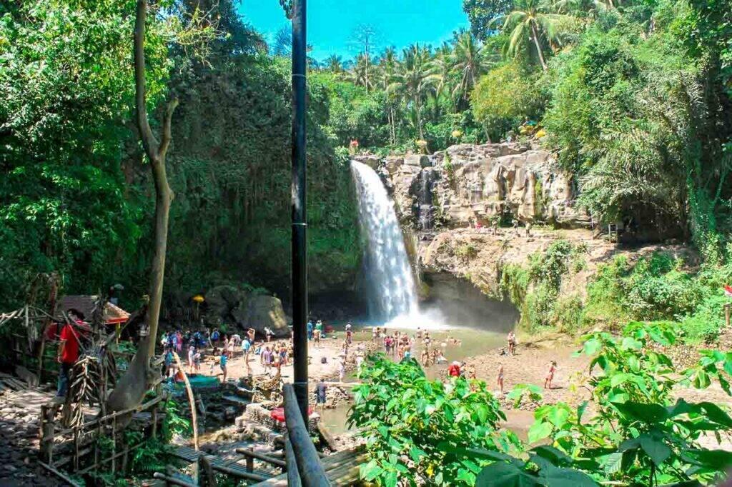 Turistas curtindo a Air Tejun Tegenungan waterfall, uma cachoeira da região de Ubud. - Seguro viagem para Bali