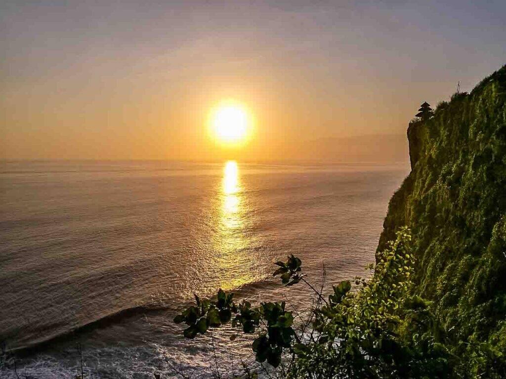 Pôr do sol incrível no Uluwatu Templo, um dos lugares mais incríveis para ver o sunset em Bali, Indonésia