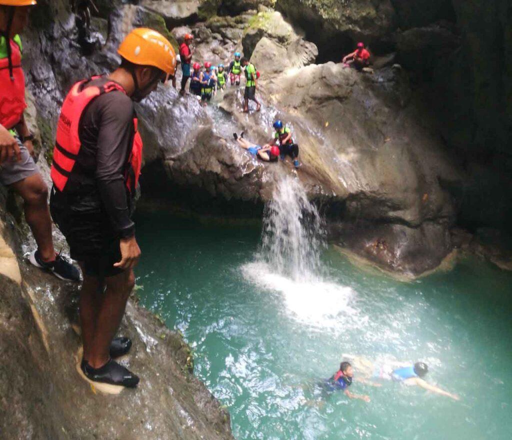 Canyoneering nas cachoeiras da cidade de Moalboal em Cebu, Filipinas - Kawasan Falls
