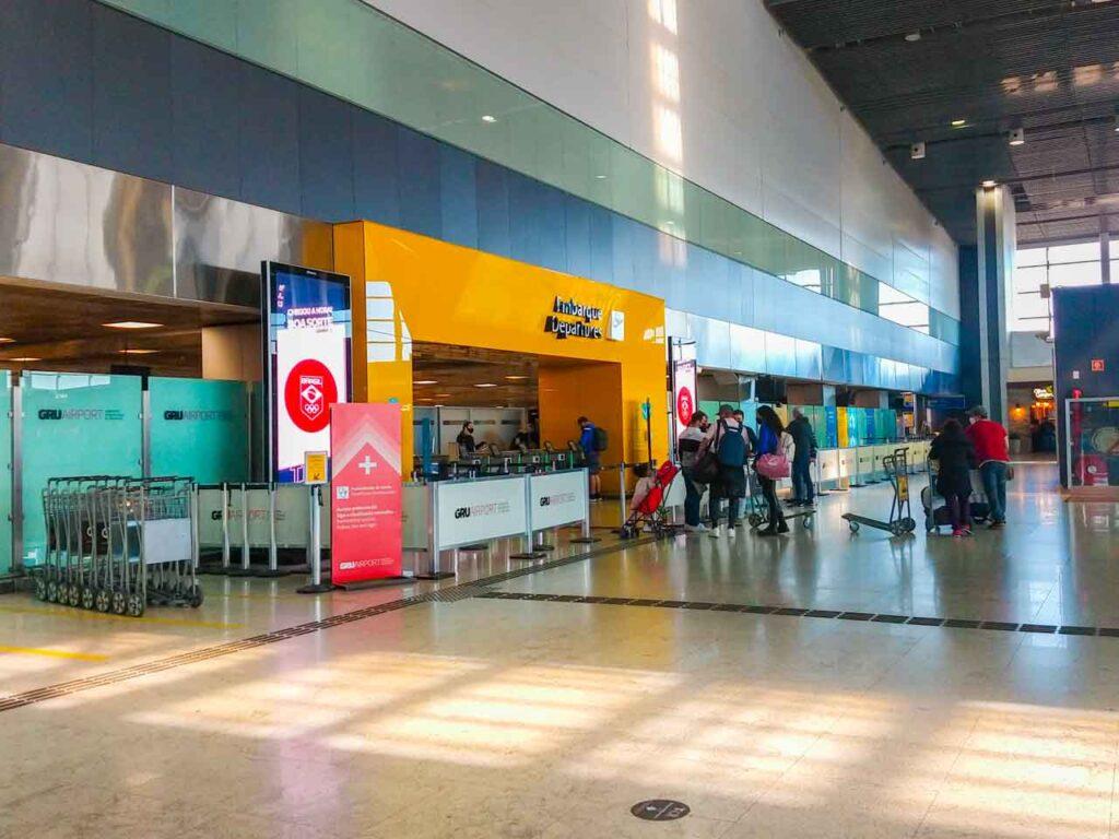 área de embarque do Aeroporto de Guarulhos em São Paulo - Cumbica (GRU Airport), o maior aeroporto do Brasil e da América do Sul