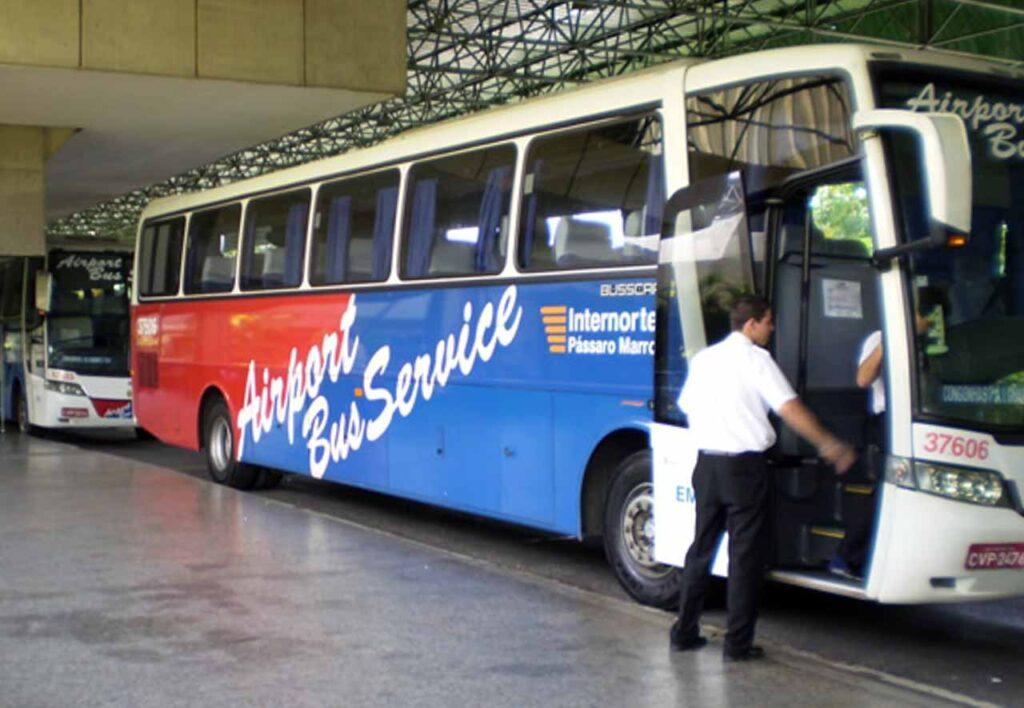 o ônibus que faz o serviço Airport Bus Service GRU - saindo do aeroporto de guarulhos a diversos pontos da cidade de São Paulo