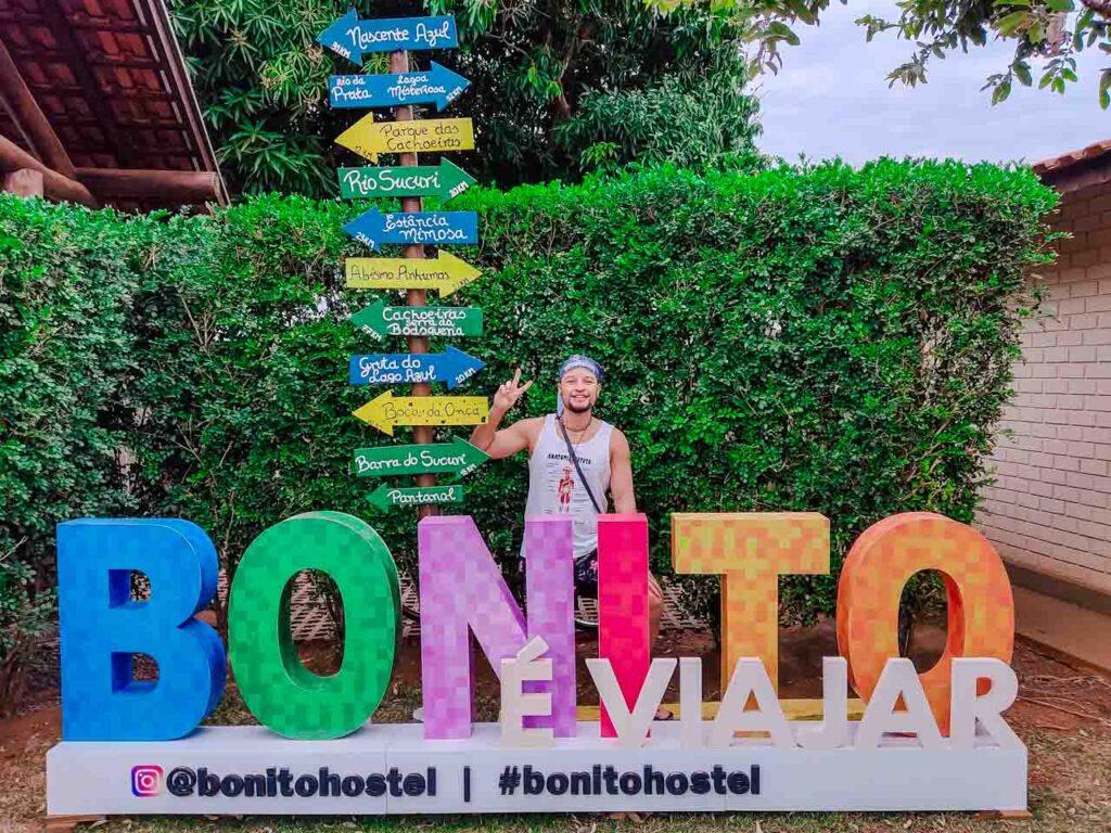No letreiro de Bonito no hostel