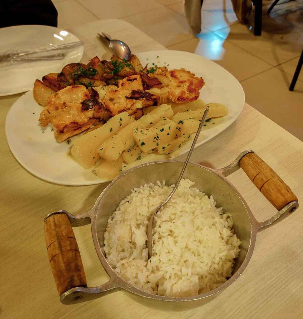 Comida de restaurante onde comer em Bonito