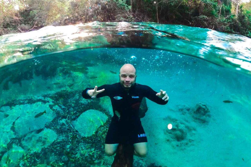 Will curtindo o mergulho na Lagoa misteriosa na viagem para Bonito