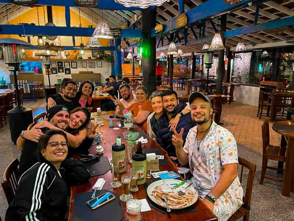 Will comemorando o aniversário em um restaurante durante a viagem para Bonito, MS