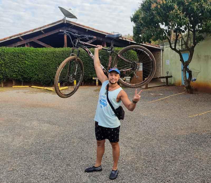 Aluguel de bicicleta em Bonito - Will com a bike para fazer os passeios em Bonito
