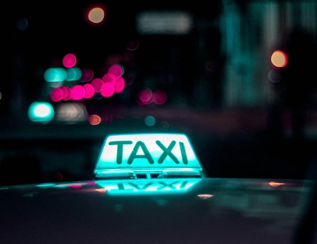 Táxi na cidade de São Paulo e todo o Brasil - luz acesa e sinal de livre