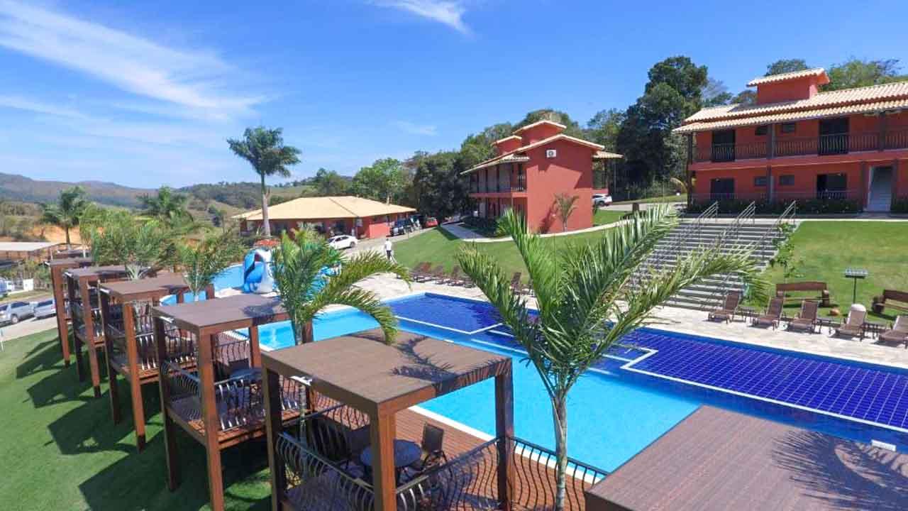 Piscina e área comum do Escarpas Resort: dica de onde ficar em Capitólio.