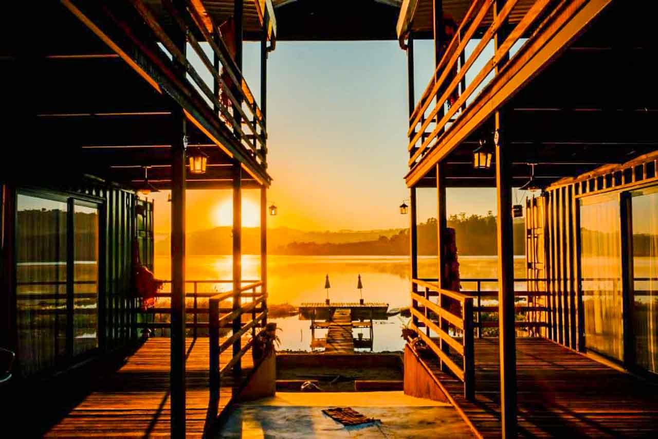 O espetáculo do pôr do sol no Villa Container Lodge: uma ótima sugestão de hospedagem em Capitólio Minas Gerais
